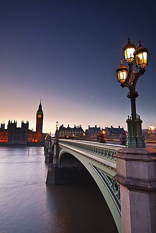 Mirando a través del río Támesis hacia las Casas del Parlamento y el puente de Westminster, Londres, Inglaterra, Reino Unido, Europa