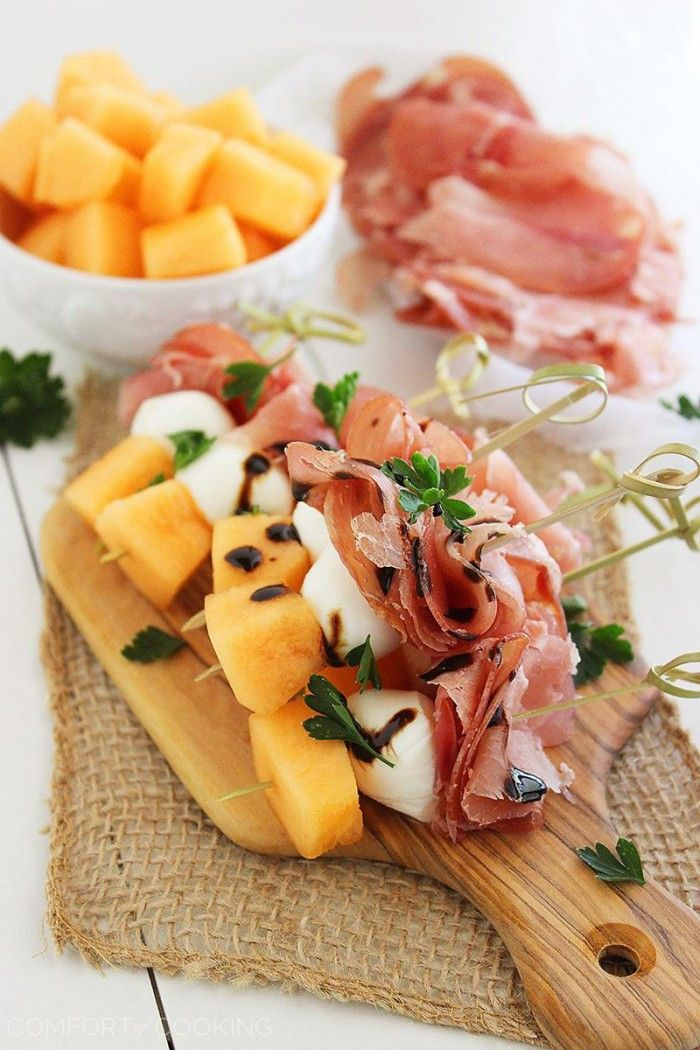 Tolle Häppchen für eine Party: Melone-Schinken-Mozzarelle Spieße. Noch mehr tolle Rezepte gibt es auf www.Spaaz.de