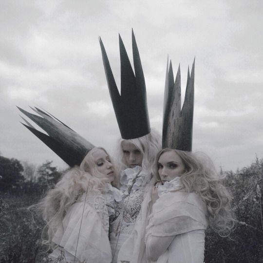 The Three Sisters - fairytale fashion photography // Ph. Nona Limmen