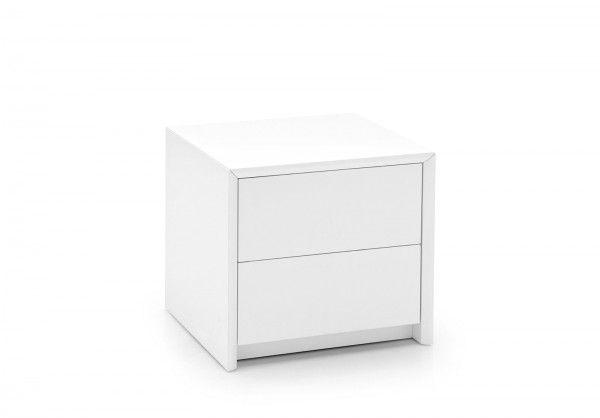 La forma a cubo e un design compatto rendono Password di Calligaris facile da ambientare; è dotato di due pratici cassetti senza maniglie che si aprono grazie ad un sistema di apertura a spinta (push-pull). É realizzato interamente in legno laccato bianco opaco. Misura L 50 x P 45,5 x H 45,5 cm. Prezzo 366 euro. www.calligaris.it