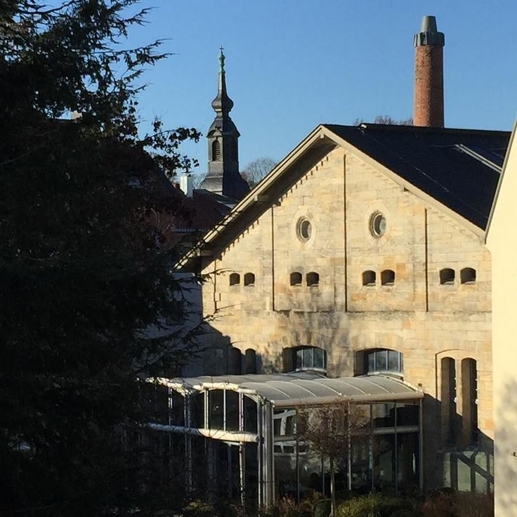 Eine alte Mälzerei - heute das H4 Hotel in #Bayreuth. Im Hintergrund die Gottesackerkirche.  #visitbayreuth #wagnerstadt #germany #h4 #hotel #franken #germany #mälzerei #bayern #bavaria