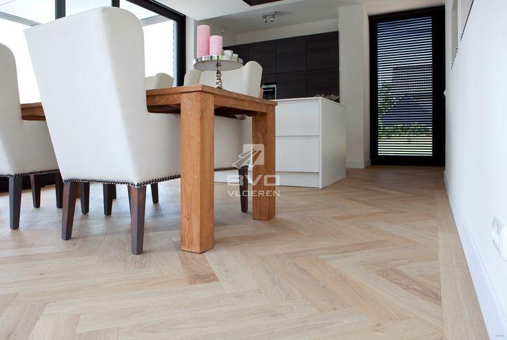 visgraat vloer | gelakt | onbehandelde uitstraling | stoere houten vloer | visgraatparket in keuken | traditioneel geplaatst door BVO Vloeren