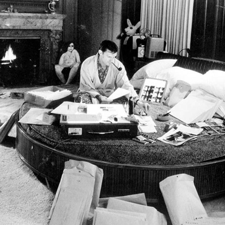 Hugh hefner décède à 91 ans cette semaine en nous démontrant que tout est possible quand on vit de notre passion ; quel potentiel de coussins dans un lit rond! #hughefner #roundbeads #liveyourdreams #beliveinyou #inspirationalquotes #blackandwhitephotography #bedroomdecor