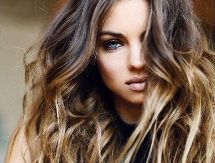 La couleur de cheveux caramel est en tendance pour l'été 2015. Les coiffeurs stylistes se sont mis en accord que la mode de l'effet ombré pour les cheveux