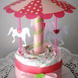 Bellissima *giostra di pannolini*, per bimba, regalo scenografico ma anche utilissimo per festeggiare la *nascita di una piccola principessa!* La giostra è composta da *una base di pannolini Chicc...