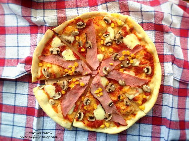 Pizza cu ciuperci, sunca si porumb. Pizza with mushrooms, ham and corn.