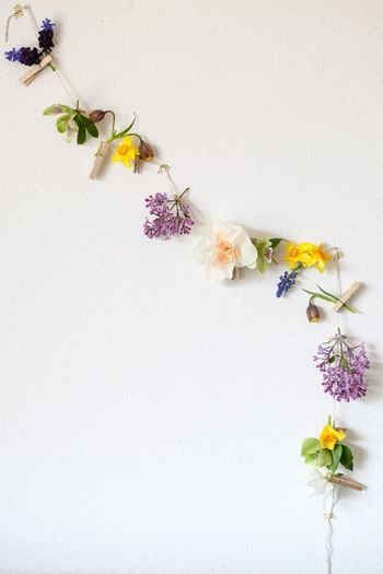 クリップを使ってお花を留めたガーラント。さりげない小花をチョイスして、カラフルでカジュアルなガーランドに。