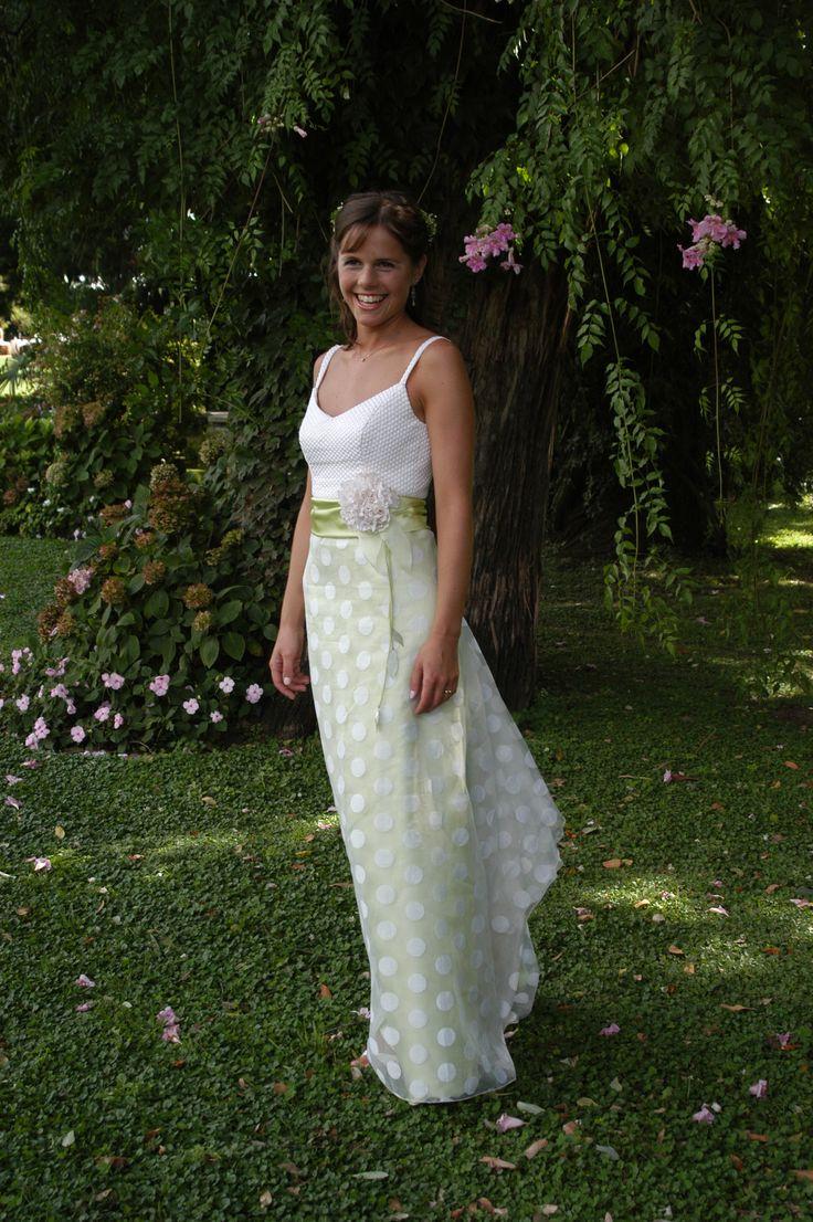 Karina - Vestido base de satén verde con falda lunares y ecote encaje rústico -