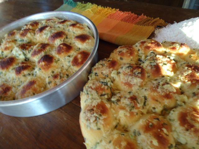 Pão com cobertura de manteiga, salsinha e parmesão.