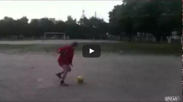 Mieliście tak kiedyś? • Błyskotliwy drybling, strzał i piłka ląduje na głowie babci • Wejdź i zobacz śmieszny podwórkowy headshot >> #football #soccer #sports #pilkanozna #funny #futbol #video