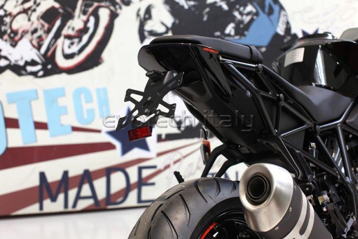 Evotech Tail Tidy KTM Superdule 1290 R  2017  Prodotto dal design rivoluzionario, leggero, racing e regolabile. Pregiata placca di attacco targa in alluminio nero diversificata a seconda del paese. Robusto supporto in materiale tecnico con anti-tuning system per ridurre le fastidiose vibrazioni trasmesse dalla moto. Supporti per indicatori di direzione in alluminio con foro unico diametro 10mm. Staffe in alluminio diversificate a seconda del m...