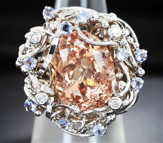 Авторское золотое кольцо с морганитом 13,8 карат, танзанитами и бриллиантами