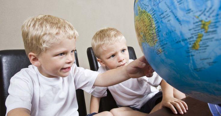 Cómo dibujar un globo terráqueo en una pelota. Desde que Cristóbal Colón navegó por el mundo, ha sido de conocimiento popular que el mundo es redondo. Dibujar un globo terráqueo en una pelota es un gran modo de enseñar a los niños sobre los continentes y los países que hay. No sólo es educativo sino también la pelota puede ser usada como tal después de que dibujaste allí.