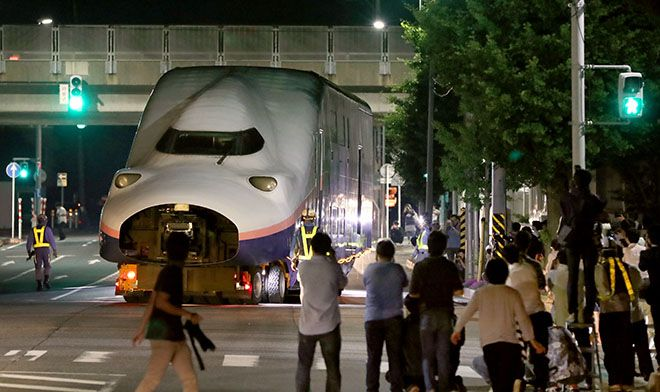 NIIGATA--An army of rail fans from Niigata and beyond gathered here at night on June 20 to witness t