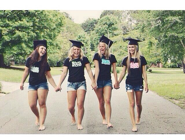 great best friends pic for graduation! will definitely have to get my friends together and take a pic like this :)