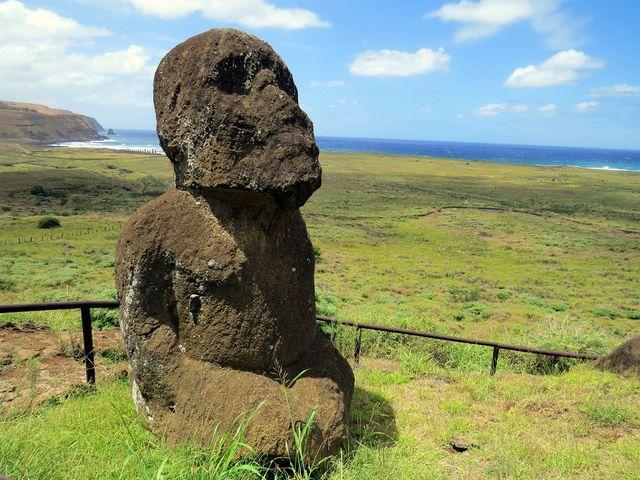 Moai Tukuturi o moai arrodillado de Rano Raraku Isla de Pascua