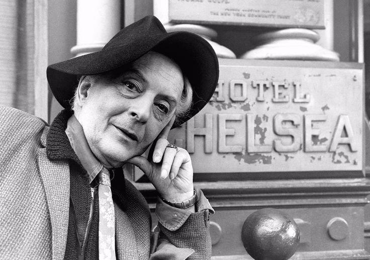 Vida en el Hotel Chelsea  QUENTIN CRISP  Mientras solicitaba su residencia en América, el escritor inglés Quentin Crisp se quedó en el Hotel Chelsea. Su estancia aquí coincidió con un incendio, un robo y la muerte de Nancy Spungen.