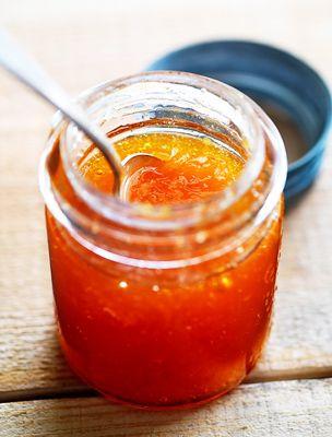 A narancslekvár nem csupán a reggelire megkent kalácsot dobja fel, de a húsokat is. Sőt, kiváló ajándék.
