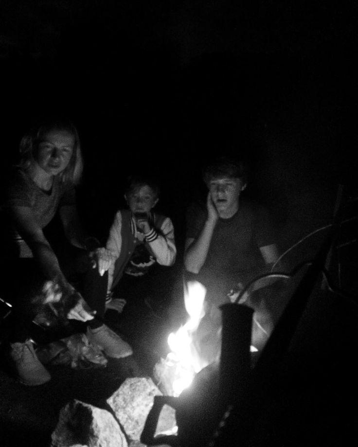 """Полная перезагрузка. Раз в год обязательный выезд на байдарках с ночёвкой. Классика жанра - палатки рюкзаки костры утренние купания игра в """"Корову"""" до поздней ночи. А как я люблю звёздное небо. Потрясающе яркий Млечный Путь не давал уйти спать пол ночи. #перезагрузка #семья #чб #лето #relax #familytime #fire"""