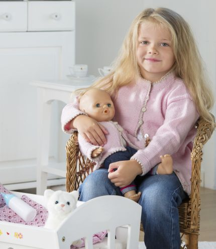 Tänk så roligt att få ge älsklingsdockan en likadan kofta som lillflickan! Ett nystan räcker till dockans kofta men glädjen kommer att bli så stor att den räcker länge, länge! Modell:...