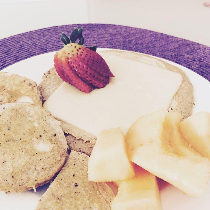 Pancakes de avena, rodajas de manzana en masa pancakes y sin falta un toque de fruta