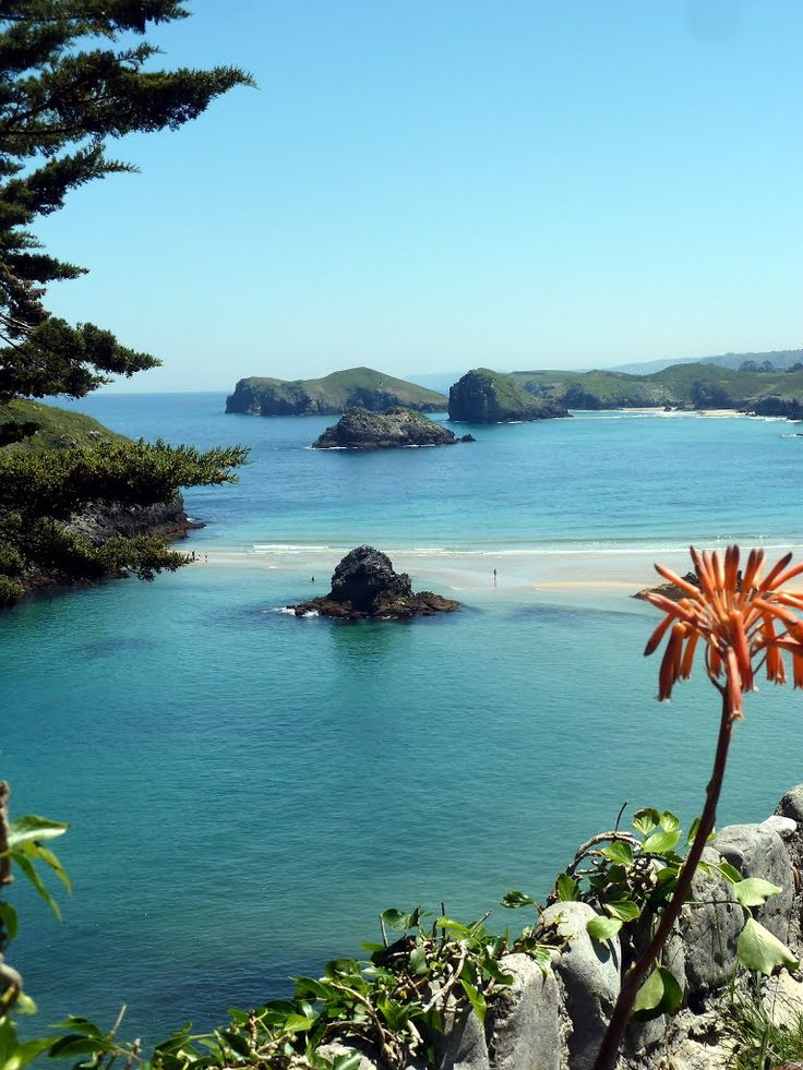 Playa de Borizu, LLanes, Asturias, España Calificada como semi-natural al ser la menos urbanizada de Celorio, ocupa 400 metros en un entorno de marcado carácter residencial, en las proximidades de Celorio, junto al camping Mª Elena.