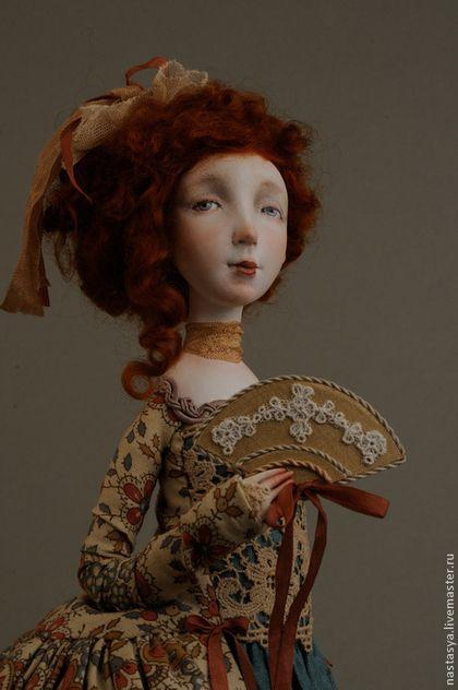 """Коллекционные куклы ручной работы  Авторская кукла """" Принцесса Урсула"""". Handmade. Небольшая куколка высотой 38 см, с ярко-рыжими кудрями. Платье выполнено из бежевой ткани с красивым орнаментом, нижняя юбка - из шелка цвета морской волны. Лиф платья украшен старинным кружевом. В руке кукла держит веер.Лицо и руки расписаны пастелью, акварелью и акрилом.Подставка - экзотическое дерево сапеле, обладающее тонким ароматом. Костюм, шляпка и обувь не снимаются."""