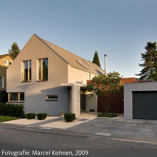 Das Wohnhaus fügt sich mit seinem Satteldach harmonisch in das gewachsene Umfeld einer Siedlung aus Ein- und Zweifamilienhäusern ein. Geschickte  …