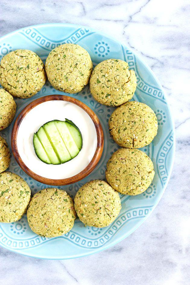 Baked Vegan Falafel - Diese gebackene Fladen werden mit Bio-Kichererbsen und einer gesunden Liste der Zutaten, die nicht nur halten Sie richtig ernährt, aber schmecken ganz erstaunlich.  NeuroticMommy.com #vegan #healthy