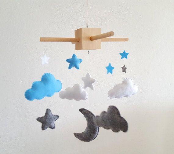 Ciao e Benvenuti a MinimalisticDuo, Decorazione moderna della camera per bambini! ************************************************************* Giostrina per culla - Luna con nuvole e stelline Questa giostrina per culla sarebbe un regalo ideale per la camera del neonato! Si adatta facilmente in ogni arredamento per i più piccoli. Ogni elemento è stato realizzato in feltro, riempito di ipoallergenica imbottitura in poliestere ed interamente cucito a mano. I peluche sono sospesi con filo…