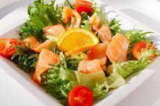 6 диетических салатов на любой вкус    1. Слабосолёная сёмга + репчатый лук + яйца + свекла + морковь + йогурт  2. Жареная курогрудка + консервированная фасоль + помидор + лук + зелень  3. Авокадо + консервированный тунец + кукуруза + перепелиные яйца + зелень  4. Перепелиные яйца + помидоры черри + сыр моцарелла + маслины + листья салата + кедровые орешки + заправка (оливковое масло, горчица, лимонный сок)  5. Свекла + грецкий орех + чернослив + сыр + чеснок + зелень + йогурт  6...