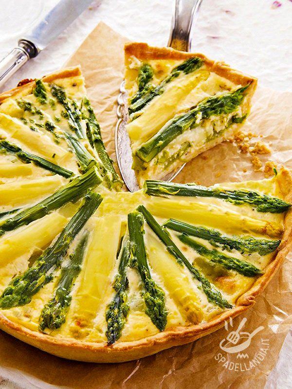 Pie of white and green asparagus - La Torta di asparagi bianchi e verdi è una squisitezza, per veri intenditori! Ma non è solo una festa per il palato, è anche una gioia per gli occhi! #tortasalataasparagi