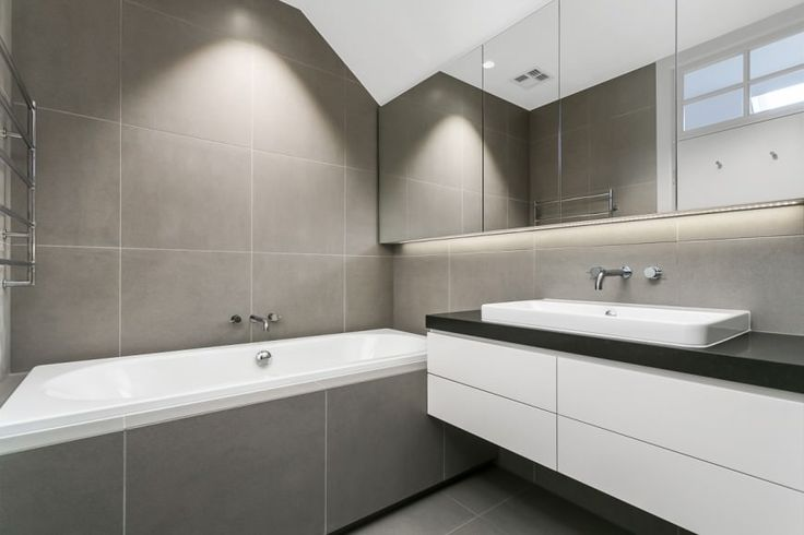 Серая плитка для ванной в стиле минимализм