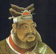 """38 - En un libro clásico de la escuela de Confucio, el Código de los Hábitos, se establece que: """"Durante las comidas, el vino y la sopa deben colocarse a la derecha de los invitados, mientras que los platos principales deben colocarse a la izquierda; la comida no debería consumirse de un solo bocado, sino que debe ser consumida en pequeñas porciones y ser bien masticada antes de tragar; además, mientras se consume o se toma la sopa o la comida, no se deben hacer ruidos""""."""