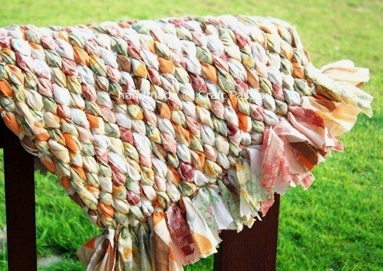 Comment recycler de vieux draps. Les draps usés ne sont jamais complètement hors d'usage, en partie déchirés ou usés, il y a toujours une majorité de tissu à récupérer pour confectionner autre chose avec.. Avec de vieux draps, on peut tisser de jolis tapis d'appoint.. Blog : craft passio...