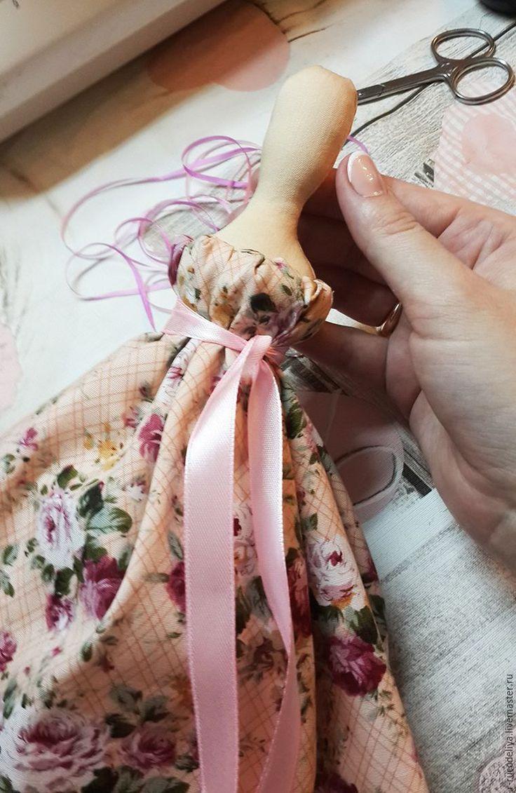Хочу поделиться своим способом красиво оформить платьице куклы Тильды. Нам понадобится: ткань для платья; нитки; иголка; булавочки. Итак. Для куклы ростом около 52 см берем отрез ткани 25*55 см. Подрубаем длинный край отреза, складываем ткань пополам, стачиваем. Оставшийся открытым срез ткани прострачиваем крупным стежком на швейной машине, можно и вручную.