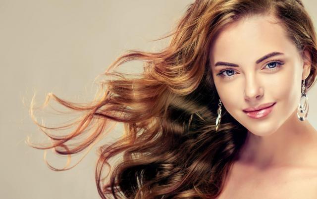 Fryzjer radzi: Jak prawidłowo zadbać o doczepiane włosy