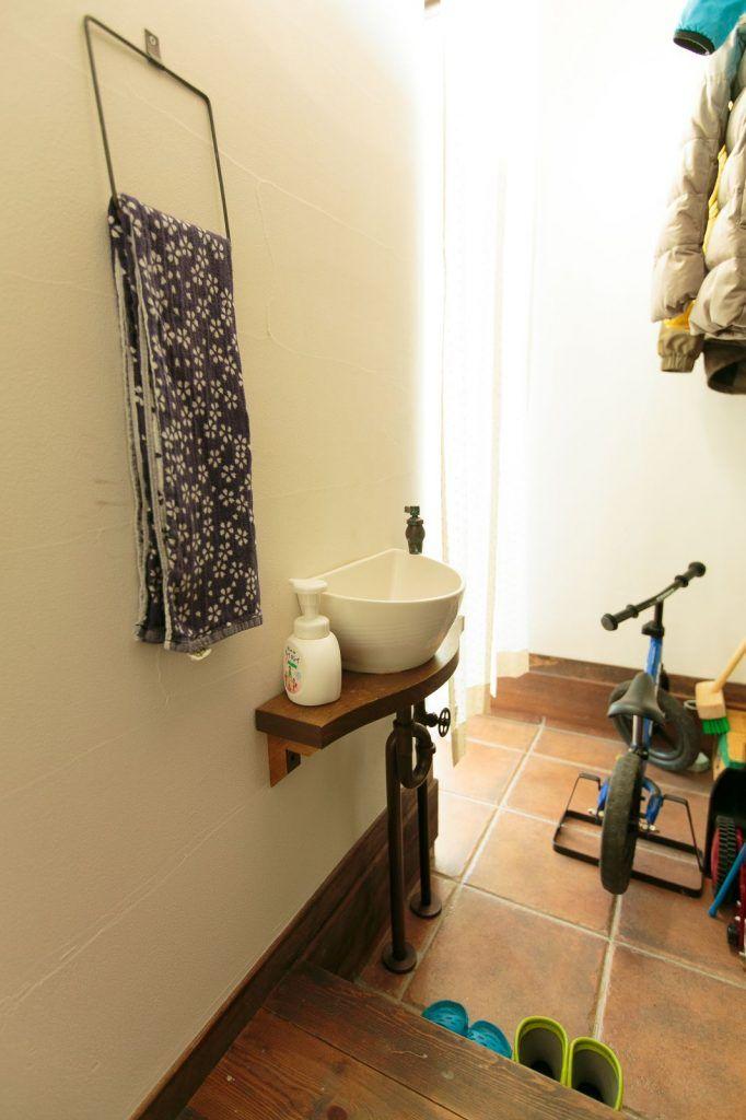 【アイジースタイルハウス】洗面。シューズクロークには小さな手洗い器を。帰ってきたらすぐに手を洗う習慣がついて◎