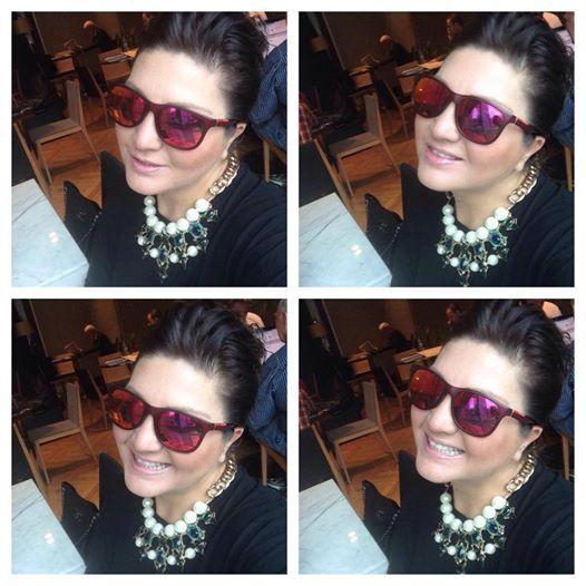 Sibel Can 19 .04.2014 (Bu gece ) Kaya İzmir Thermal & Convention Hotelde sahne almak üzere İzmir yolculuğu için Hava Alanında beklerken ...