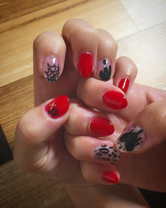👻 ・ ・ ハロウィンネイル💅  オレンジはちょっと抵抗あるから 赤×黒で✨  かわいー❤︎ #ジェルネイル#ハロウィンネイル#セルフネイル#red#black#💅