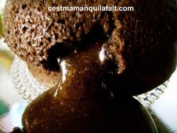 Mieux qu'unfondant ... un coulant! Une légère enveloppe chocolatée qui révèle un intense cœur coulant de chocolat ... Le truc géniale c'est que cette recette est aussi délicieuse à servir froide pour un dessert fudgé. De plus vous pouve                                                                                                                                                                                 Plus