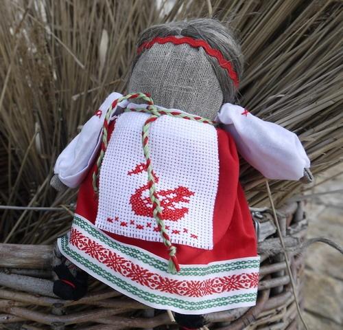 Толстушка - Костромушка  Эта куколка родом из Костромы. Толстушку называли «женской сутью». Ее задачей было вернуть плодородие женщине и уберечь от одиночества. В семье, где очень хотели иметь ребенка, обязательно жила Костромушка. Если молодая в течение года после свадьбы не беременела, одна из родственниц делала такую куклу. Она должна была быть нарядно одета и демонстрировать сытое, богатое житье. Ножки у Костромушки были очень тонкими, обязательно в обуви, а тело толстенькое, щеки…