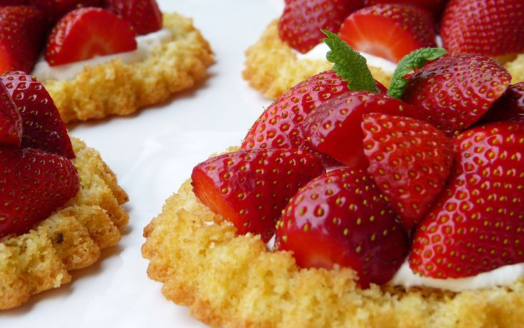 6 kleine Tartelettes mit einer Vanille-Tonka-Creme gefüllt. Schmecken großartig und sind klasse als Kleinigkeit auf die Hand.