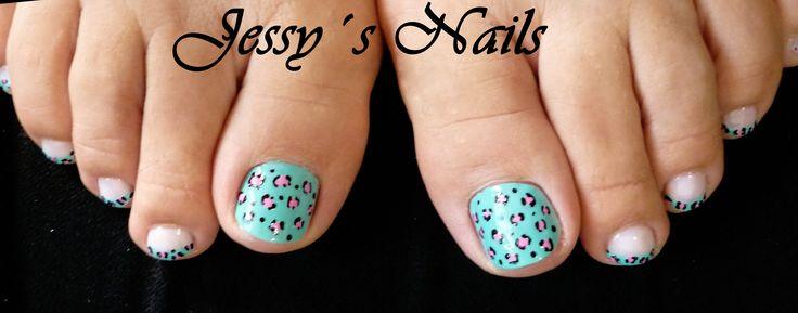 uñas de los pies decoradas con animal print en color azul y rosado