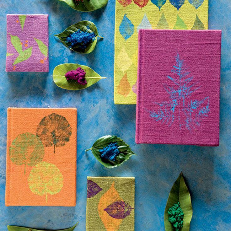 Des carnets décorés d'empreintes de feuilles