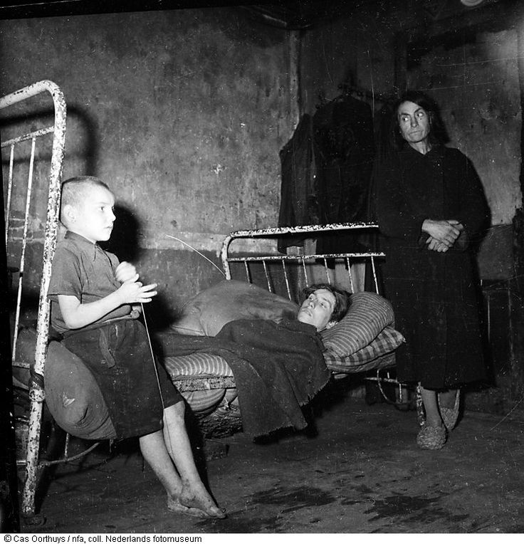 1944 - 1945. Starving familie in their home in Amsterdam during the hongerwinter. Photo Cas ...
