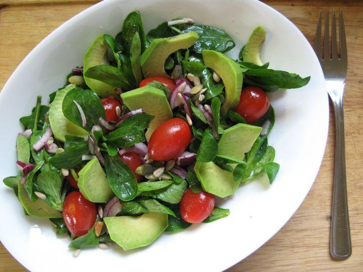 Vynikající salát, který je plný antioxidantů a zdravých tuků! Bude prospěšný všem, kteří hubnou, potřebují chránit své cévy, zlepšit imunitní systém či jen tak stravou zpomalovat stárnutí:-) Na salát budete potřebovat: směs zelených salátů (nejlépe doma vypěstovaných): rukola, špenát, ledový či hlávkový, polníček malá cherry rajčátka avokádo červená cibule 2 lžíce semínek (dýňová, slunečnicová, piniová…Číst dále