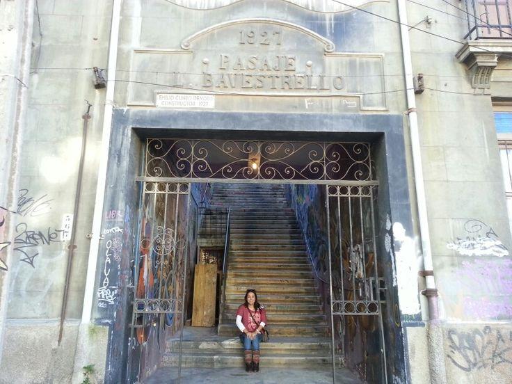 Pasaje Bravestello y una hermosa porteña. Valparaíso