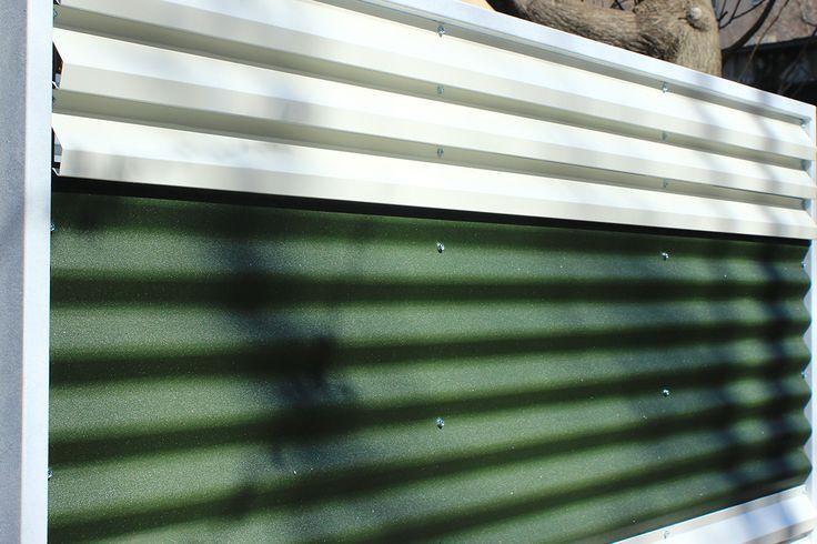 Gard metalic mixt din panouri alb-verde