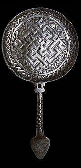 Çelik Ayna Arkalığı Kol Muhtemelen Güneydoğu Anadolu, 14. yüzyıl – Selçuklu  Anadolu'daki metal işçiliği yapıldığı yerlere göre değişiklik